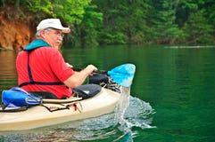 Un más viejo hombre Kayaking Imagen de archivo