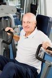 Un más viejo hombre que ejercita en la gimnasia imagenes de archivo
