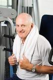 Un más viejo hombre que ejercita en la gimnasia Fotografía de archivo libre de regalías