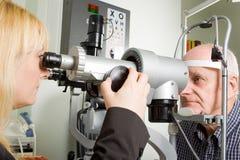 Un más viejo hombre que tiene examinación de ojo Imágenes de archivo libres de regalías