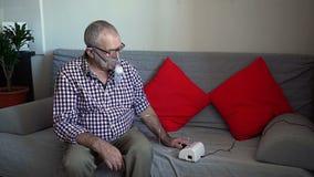 Un más viejo hombre usando el nebulizador almacen de video