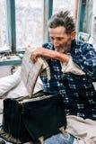 Un más viejo y enfermo hombre en casa foto de archivo libre de regalías