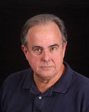 Un mâle plus âgé dans la chemise de polo Photos stock