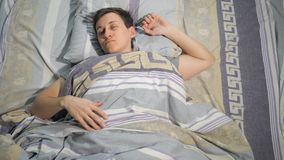 Un mâle se réveille pendant le matin banque de vidéos