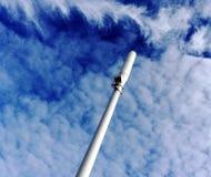 Un mât de téléphone portable et des nuages dramatiques images stock