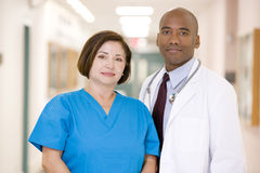 Un médecin et une infirmière restant dans un couloir d'hôpital Images stock