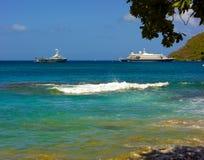 Un méga-yacht et un bateau de croisière dans les Caraïbe Photos libres de droits