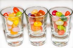 Un mélange de sucrerie colorée de dragées à la gelée de sucre dans des verres à liqueur Photo libre de droits
