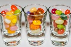 Un mélange de sucrerie colorée de dragées à la gelée de sucre dans des verres à liqueur Images libres de droits