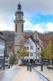Un mélange de vieux bâtiments et de statues modernes dans Ebingen Allemagne photos stock