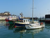 Un mélange des bateaux sur leurs amarrages dans le petit port dans le soi-disant Cobh fier du liège en Irlande un beau jour Image libre de droits