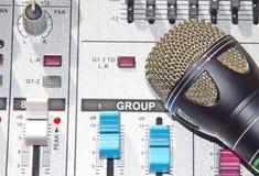 Un mélangeur de fond de microphone Photographie stock