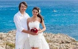 Un ménage marié juste sur la plage Photos stock