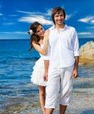 Un ménage marié juste sur la plage Image libre de droits
