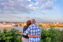 Un ménage marié, un mari et une épouse se tiennent, embrassement et regard photographie stock libre de droits
