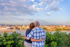 Un ménage marié, un mari et une épouse se tiennent, embrassement et regard image libre de droits