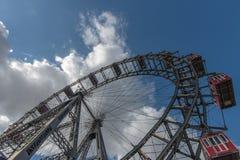 Un métal victorien énorme Ferris Wheel en grand parc public dans Vi images libres de droits