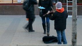 Un músico de la calle que toca el violín metrajes