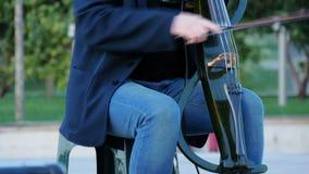 Un músico de la calle toca el violoncelo eléctrico almacen de video