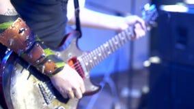 Un músico de la roca juega a un mediador de la guitarra metrajes