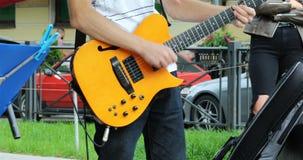 Un músico toca una guitarra amarilla de la seis-secuencia metrajes
