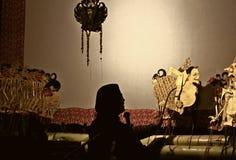 Un maître (marionnettiste) de marionnette d'ombre de Javanese Images stock