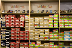 Magasin de chaussures de sport d'enfants Photo stock