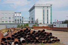 Un magazzino dei tubi del metallo di varie dimensioni sotto il cielo aperto Tecnologie di industria dell'edilizia Trasporto dei l Fotografia Stock