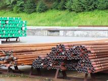 Un magazzino dei tubi del metallo di varie dimensioni sotto il cielo aperto Tecnologie di industria dell'edilizia Trasporto dei l Immagini Stock