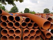 Un magazzino dei tubi di plastica per i vari scopi, diametro e colore sotto il cielo aperto Fabbricazione e vendita di prodotti d immagini stock libere da diritti