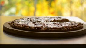 Un mage de la pizza cortada en la tabla almacen de video