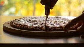 Un mage de la pizza cortada en la tabla almacen de metraje de vídeo