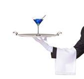 Un maggiordomo che tiene un cassetto con il cocktail fotografie stock libere da diritti