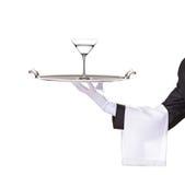 Un maggiordomo che tiene un cassetto con il cocktail su esso immagine stock