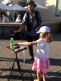 Un magicien avec un enfant Photos stock
