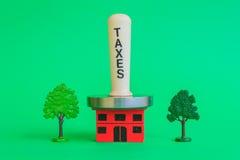 Un maglio della carne con le tasse di parola comprime una casa schiacciante Fotografia Stock Libera da Diritti