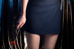 Un mago con una vara mágica, muchacha del adolescente en una falda, las piernas delgadas, Foto de archivo