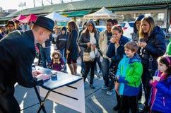 Un mago intrattiene una folla Fotografia Stock Libera da Diritti