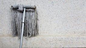 Un magro sucio de la multitud o de la esponja en el muro de cemento sucio La fregona del piso se utiliza para limpiar el piso lim Imagenes de archivo