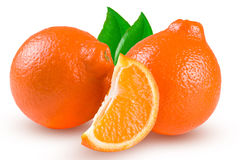 Un mandarino o Mineola di due arance con la fetta e la foglia isolate su fondo bianco Fotografia Stock