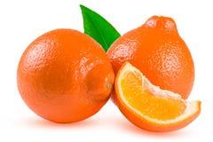 Un mandarino o Mineola di due arance con la fetta e la foglia isolate su fondo bianco Fotografie Stock Libere da Diritti