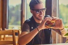 Un mangeur d'hommes un hamburger de vegan image libre de droits