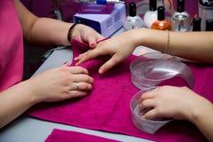 Un manicure è in un salone Fotografie Stock Libere da Diritti