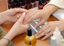 Un manicure è in un salone di bellezza Immagini Stock