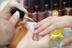 Un manicure è in un salone di bellezza Fotografia Stock Libera da Diritti