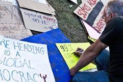 Un manifestante hace que una muestra en ocupa L.A. Fotos de archivo