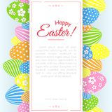 Un manifesto con il testo Pasqua felice sui precedenti del modello creativo colorato decorativo delle uova di Pasqua per le carte illustrazione vettoriale