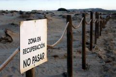Un manifesto del presentatore della zona ambientale della duna protetta vicino ad una spiaggia fotografie stock