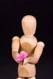 Un maniquí de madera con la flor Fotografía de archivo libre de regalías