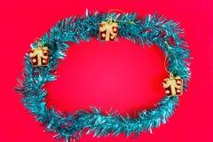Un manojo de Año Nuevo del arco iris y de pequeña caja de regalo era disposición puesta Imágenes de archivo libres de regalías
